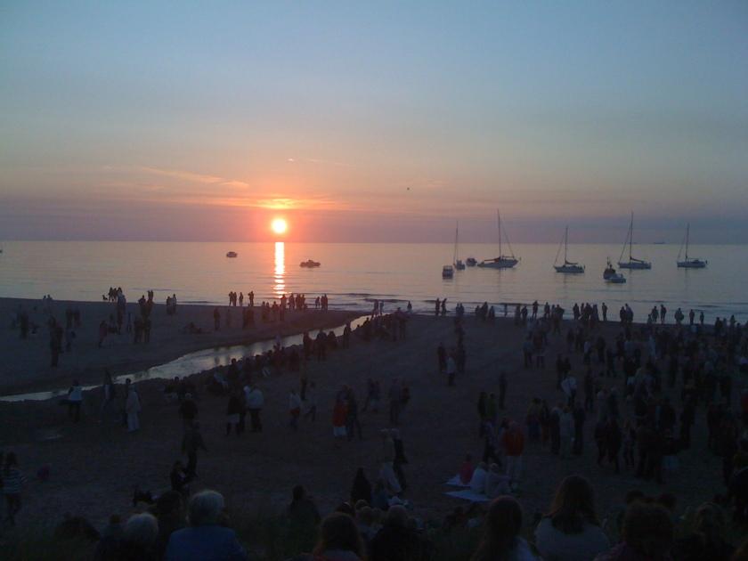 En af de aftner, hvor hornbækkerne mødes på stranden er som her til Sankt Hans. Sådan burde det være oftere. Foto: Lotte Lund
