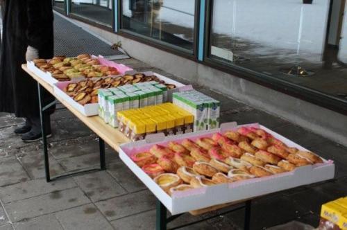Belønningen ventede - superlækre fastelavnsboller, juice, kakaomælk og varm kaffe til alle. Tak til Hornbæk Handelsstandsforening. Foto: Søren Byskov.