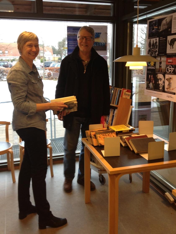 Bibliotekar Pernille Jensen og Peter Grønholt ser på, hvilke bøger man kan bytte med på Hornbæk Biblotek. Foto: Lotte Lund