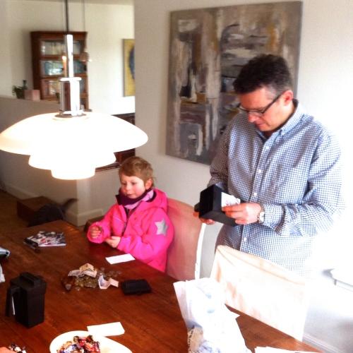 Thea og Niels Munck, som stod for dagens indsamling, tæller indsamlingsresultatet op. Og vi fik flere penge ind end sidste år. TAK Hornbæk! Foto: Lotte Lund