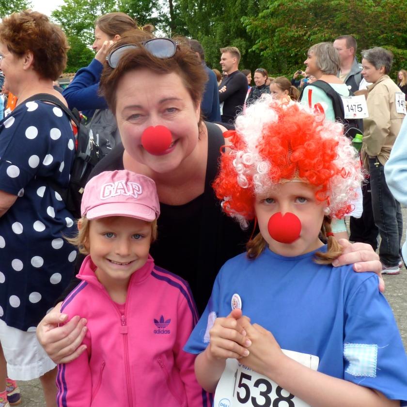 Her bringes et sjældent foto af forfatteren af denne blog  (i midten) i selskab med Thea i lyserødt (til venstre) og hendes gode veninde Julle (til højre). Privatfoto.