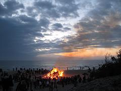 Sankt Hans på Hornbæk Strand er en af sommerens smukkeste traditioner.