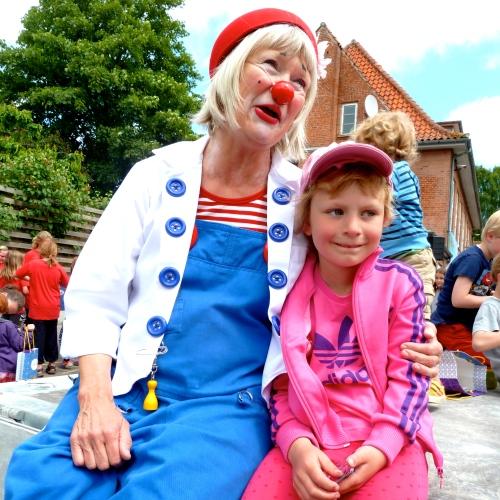 Hospitalsklovnen Ludo var igen med til at gøre Klovneløbet i Hornbæk ekstra festligt. Her ses hun med Thea. Foto: Lotte Lund