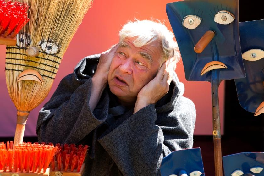 Dukkefører, skuespiller og mimiker Finn Rye spiller går i sin have med sine redskaber - og pludselig udspiller historiens største kærlighedsdrama sig. Foto: HamletScenen.