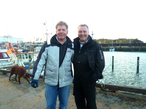 Jens Krisitan Pedersen (th) fejrede sin 50 års fødselsdag med at rydde op på Hornbæk Havn. Havnefoged Allan Vodder (tv) var et stort smil hele søndagen. Foto: Lotte Lund.