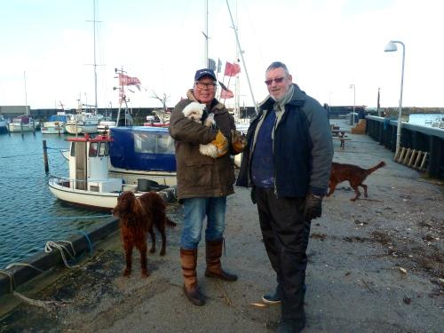 Bådeklubbens næstformand Peter Leander og lystsejler Erik Kobberholm gav en hånd med. Foto: Lotte Lund
