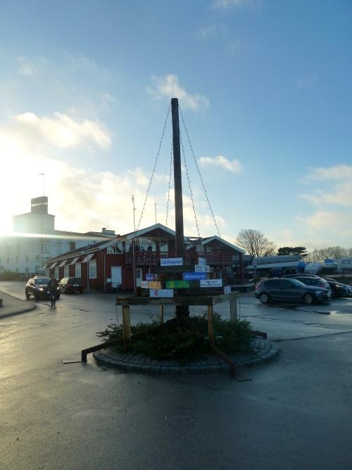 På juletræet kan man følge med i de større virksomhedsdonationer til Hornbæk Havns indsamling efter stormen Bodil. Foto: Lotte Lund