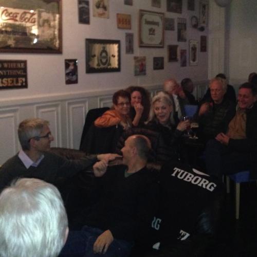 Høj stemning til Charity Bar på Cafe Paradiset. Foto: Mette Clemmensen.