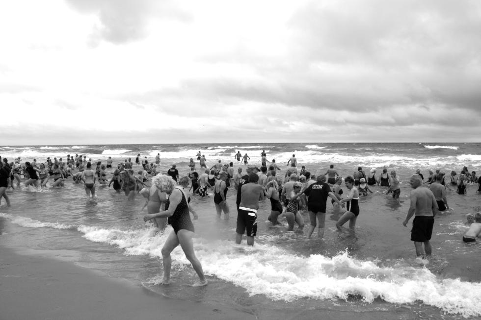 Sådan så det ud på Skagen Sønderstrand, da 372 skagboer med borgmester Birgit Stenbak Hansen  i slutningen af maj tog udfordringen fra Kerteminde om at hoppe i havet op! Det kan hornbækkerne helt sikkert gøre bedre!