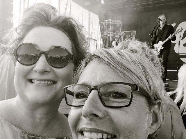 Så glad bliver man af at lytte til Big Fat Snake på Hornbæk Havn! Foto: Lotte Lund og Lone Zanchetta Klercke (selfie!)