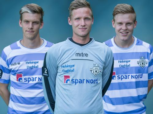 De tre FC Helsingør-spillere fra venstre Kasper Enghardt, Mikkel Bruhn og Frederik Frick kaster glans over afslutningen på Uge 31 i Hornbæk. Stil op imod dem eller få deres autograf. Foto: FC Helsingør.