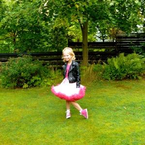Thea på vej til Børnefestival i dag! Hun optræder med sin klasse 1.C - blandt andet med med en sang på engelsk! Foto: Lotte Lund