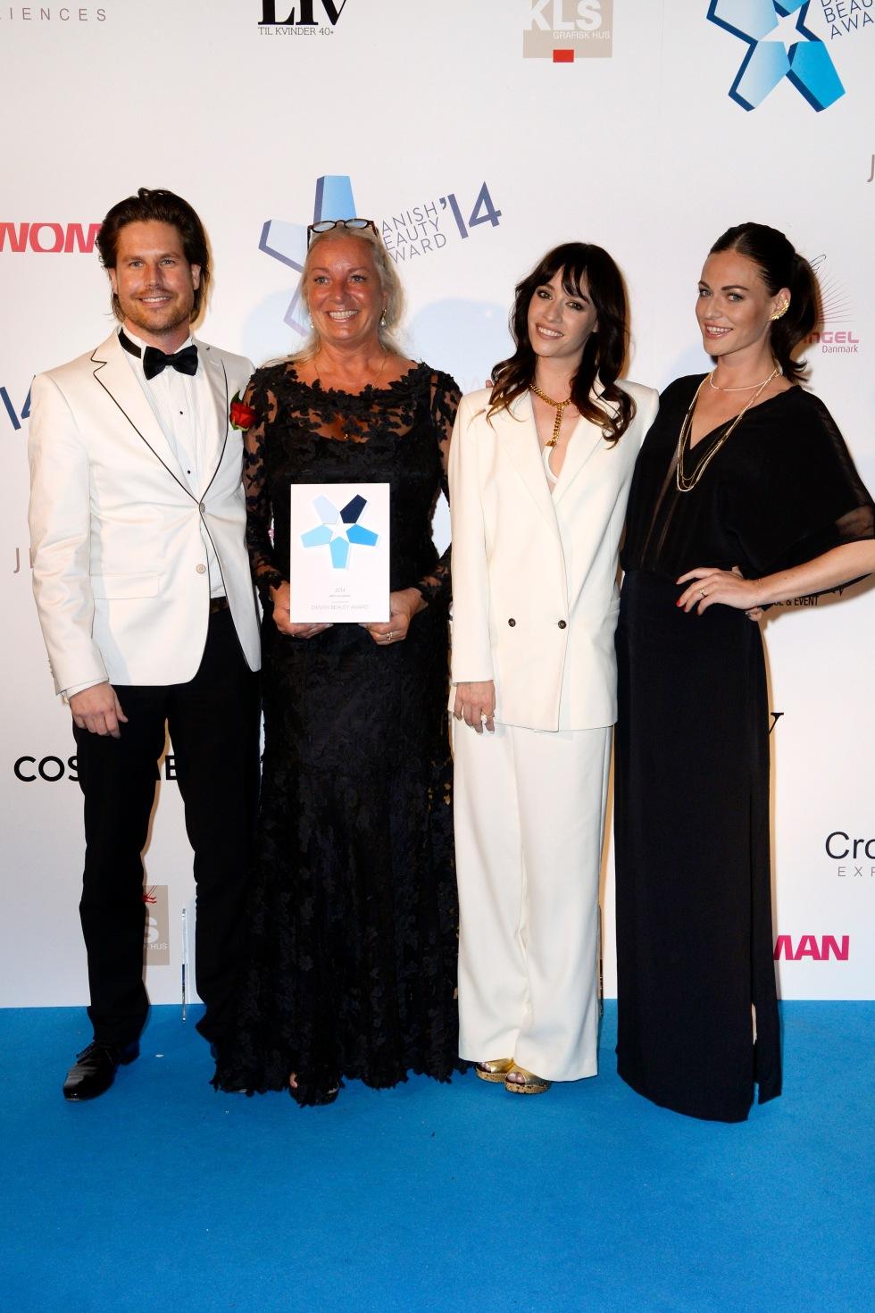 Ilse Jacobsen tog imod prisen som Årets Nye Brand ved Danish Beauty Award sammen med Daniel Lafrenz. Statuetten blev overrakt af Cecilie Lassen og Sarah Grünewald. Foto: Danish Beauty Award.