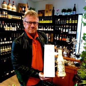 En tilfreds kunde i Rex Wine, Hornbæks egen aktive Peter Storminger, som fandt et 15 år gammel flaske rom, som skal glæde en rund fødselar. Foto: Lotte Lund.