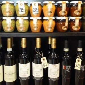 Diverse italienske lækkerier, som gemmer sig på hylderne i Rex Wine. Foto: Lotte Lund.