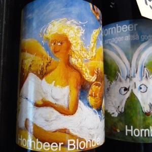 Tænk, at der står en Fogh Rasmussen bag denne etiket fra Hornbeer - alene tegningen er næsten nok til at man får lyst til at smage... Foto: Lotte Lund.