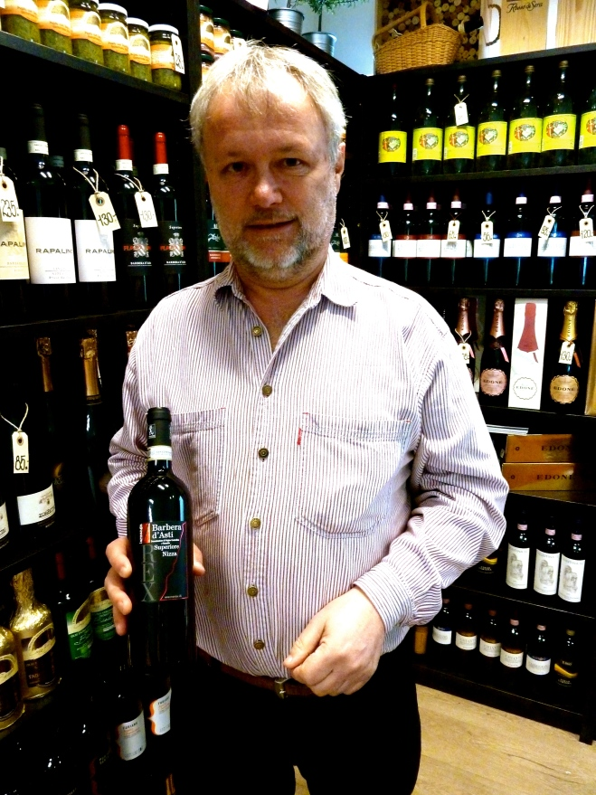 Carsten Rex har også fået lavet sin egen Rex Wine, som han sælger i både rød og hvid. Foto: Lotte LUnd