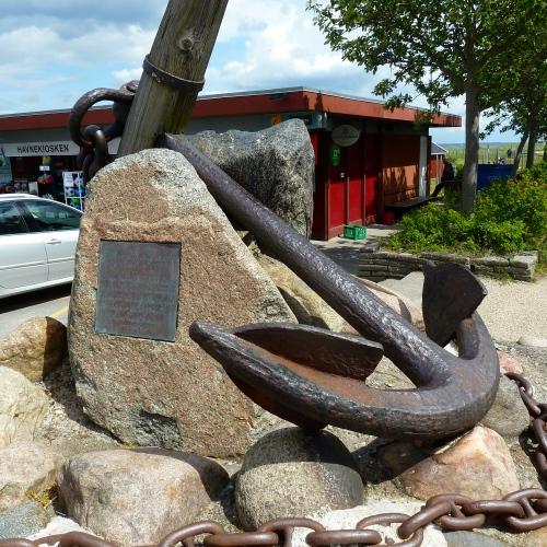 Mindestenen om heltedåden i 1774, hvor otte hornbækfiskere satte livet på spil og fik reddet den engelske skipper Thomas Brown. Foto: Lotte Lund