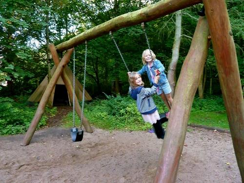 Laureline og Thea gik i Ellekildehus Skovbørnehave sammen. Nu går de i samme klasse på Hornbæk Skole - men det er altid dejligt at vende tilbage og få en gyngetur i de gamle rammer. Foto: Lotte Lund
