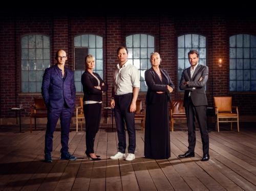 Ilse Jacobsen i selskab med DRs fire andre 'løver' - fra venstre: Christian Stadil, Birgit Aaby, Tommy Ahlers og Jesper Buch. Foto: DR.