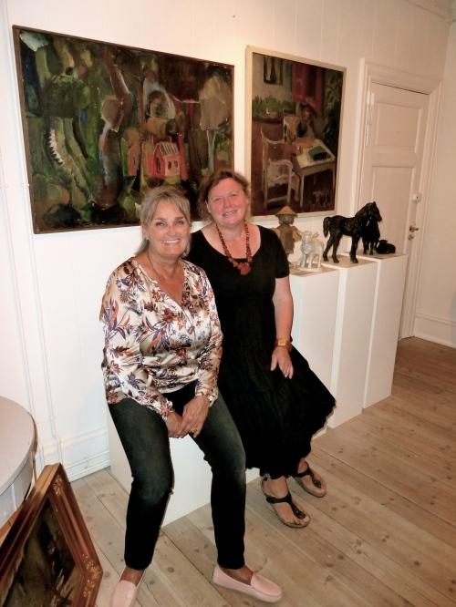 De to kvinder bag Galleriet Hornbæks ambitiøse udstilling med kvindelige kunstnere, galleriejer Susanne Risom og kunstner Pylle Søndergaard, der også er medlem af bestyrelsen i Kvindelige Kunstneres Samfund. Foto: Lotte Lund.