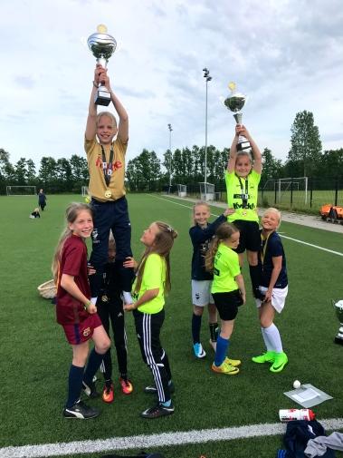 Fodboldpiger Hornbæk pokaler foto Lotte Lund.jpg